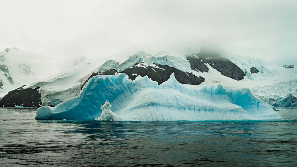 Iceberg in the mist- Antarctica utstilling